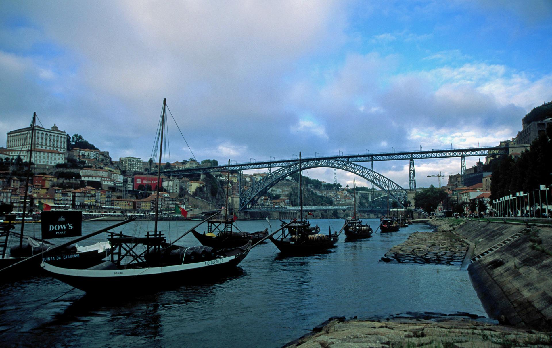 De Barcos Rabelos te water in de Douro voor de Porthuizen