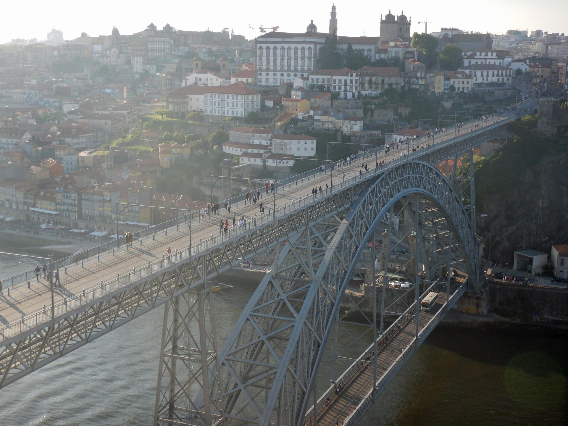 Uitzicht op de Ponte Luís I brug en de Sé do Porto vanaf Mosteiro da Serra do Pilar