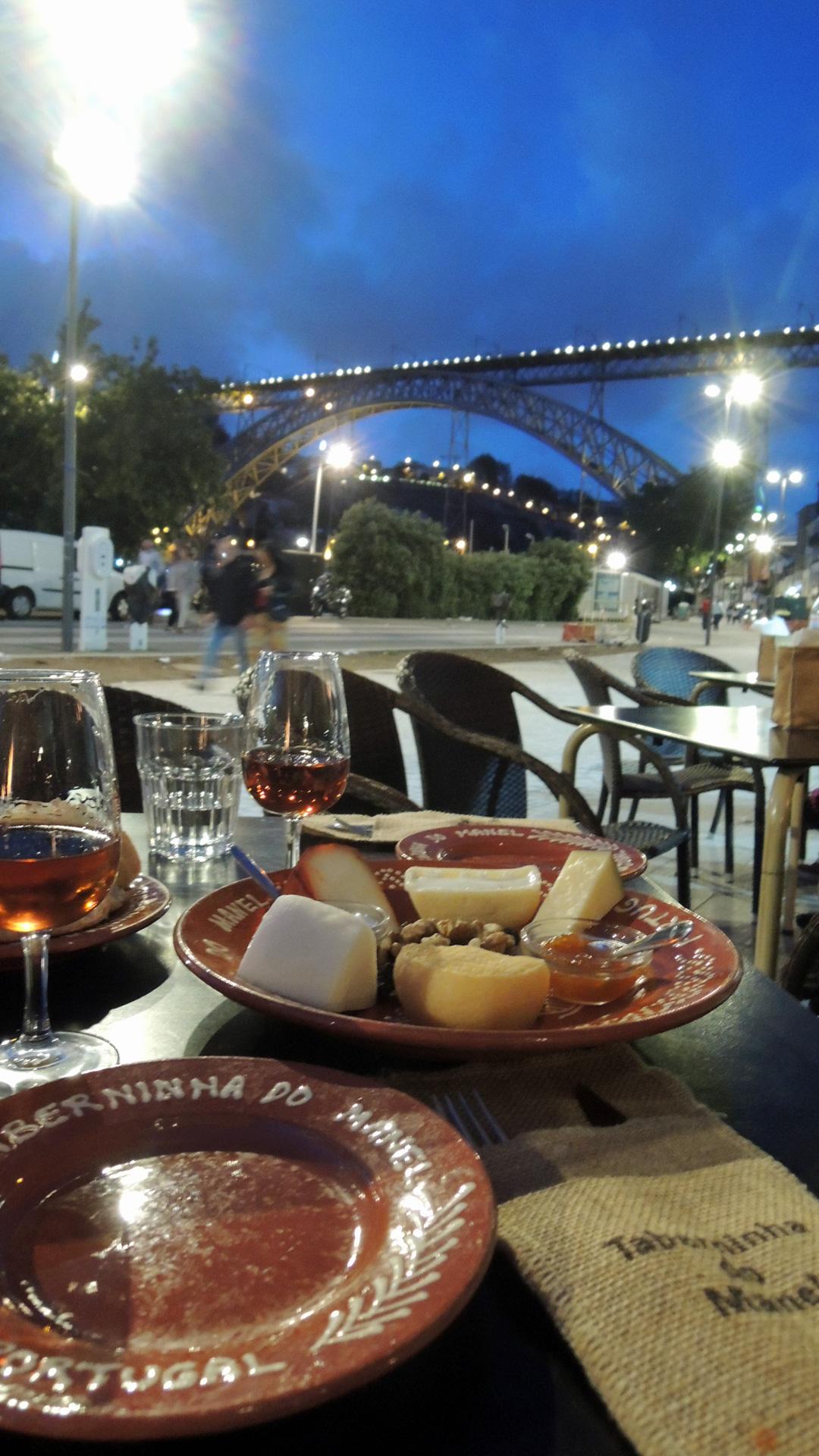 Genieten van Port en een kaasplankje op de Avenida Diogo Leita boulevard